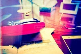 屋内,カラフル,窓,本,家,テーブル,フィルム,カラー,携帯,フィルム写真,テキスト,手鏡,メガネ,フォトジェニック,メガネケース,インスタ映え,フィルムフォト