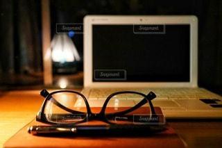 夜,屋内,木,本,ガラス,テーブル,ペン,パソコン,ステンドグラス,照明,PC,窓際,木目,ビジネス,雰囲気,メガネ,フォトジェニック,リモートワーク,インスタ映え,ノート パソコン,ビジネスシーン