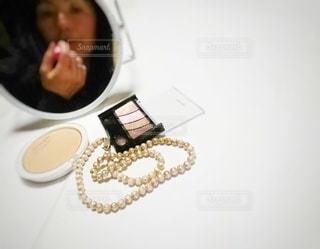 女性,1人,屋内,白,鏡,人,ネックレス,美容,ミラー,リップ,コスメ,化粧品,メイクアップ,フォトジェニック,インスタ映え