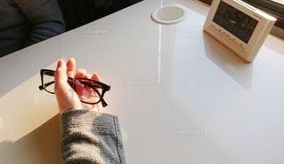 メガネを持つ手の写真・画像素材[2755963]