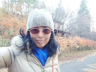 女性,1人,ファッション,風景,自撮り,アクセサリー,屋外,サングラス,青,マフラー,帽子,散歩,眼鏡,樹木,人,笑顔,日中,メガネ,フォトジェニック,インスタ映え,襟巻き