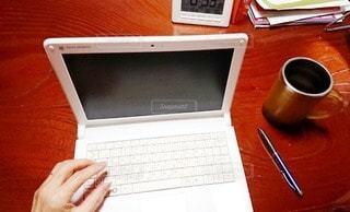女性,屋内,白,時計,ペン,カップ,書類,デスク,紙,左手,コンピューター,フォトジェニック,データ,インスタ映え,ノート パソコン