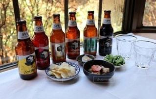 6種類のクラフトビールと前菜達の写真・画像素材[2806528]