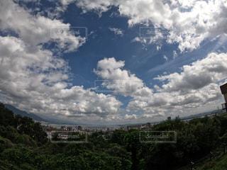 曇りの日の空に雲の写真・画像素材[2419719]
