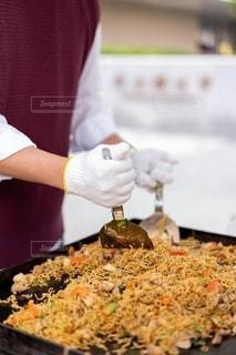 食べ物の鍋を持つ人の写真・画像素材[2688175]