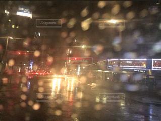 夜,雨,窓,車内,ぼかし,雫,しずく,雨粒,雨の日
