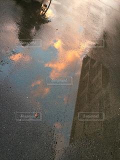 自転車,雨,屋外,雲,道路,水たまり,影,反射,校舎,学校,青春,梅雨,天気,高校,雨の日