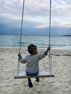 海,ビーチ,後ろ姿,砂浜,夕暮れ,ブランコ,子供,人物,背中,人,後姿,男の子,ボーダー服