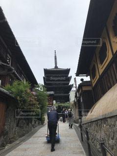 男性,空,建物,屋外,神社,後ろ姿,歩く,背中,旅行,歩道,石,寺,仏教,通り