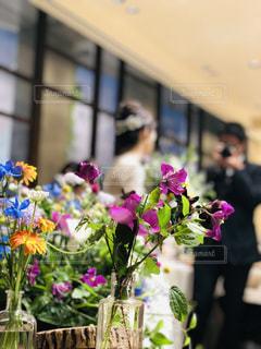自然,ピンク,緑,植物,赤,白,花束,綺麗,花瓶,紫,黄色,葉,結婚式,花嫁,オレンジ,テーブル,リラックス,ウェディングドレス,後姿,ブーケ,幸せ,ナチュラル,新婦,おめでとう,高砂,切株,ウェディング,祝福,式場,インスタ映え,オレンジピンク