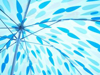 雨模様の傘の裏側の写真・画像素材[2181115]