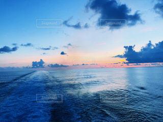朝焼けと船の軌跡の写真・画像素材[2331232]