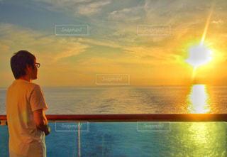 水域の隣に立っている男の写真・画像素材[2341359]