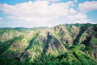 背景に大きな山の写真・画像素材[2214621]