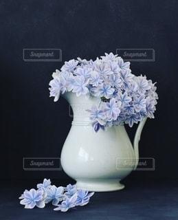 テーブルの上にアジサイ万華鏡で満たされた花瓶の写真・画像素材[3378193]