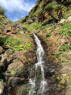 崖から流れる滝の写真・画像素材[2212792]