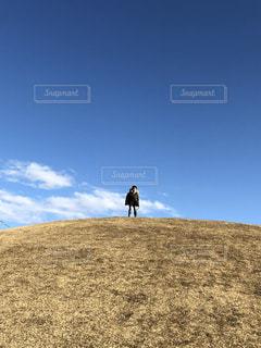 丘の上に立つ男の子の写真・画像素材[2260638]