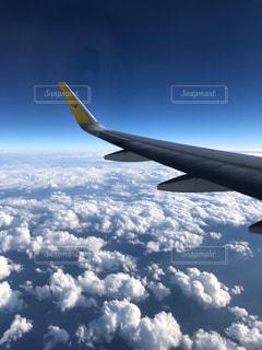 空を飛ぶ飛行機の写真・画像素材[2281972]