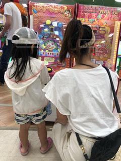 ゲームの前に立っている小さな女の子の写真・画像素材[2322838]