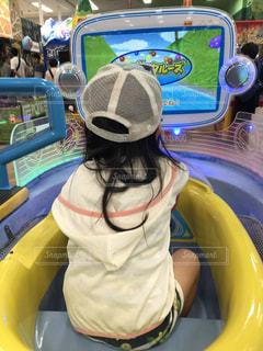 ゲームコーナーの女の子の写真・画像素材[2324113]