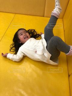 マットレスで遊ぶ女児の写真・画像素材[2334706]
