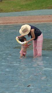 水の中の小さな女の子の写真・画像素材[2368039]