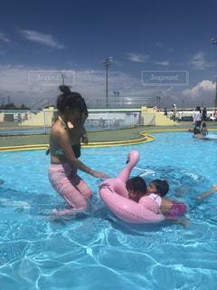 水域で泳ぐ子供の写真・画像素材[2385192]