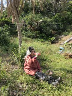 草の上で休憩の写真・画像素材[2438668]