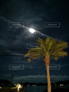 夜の一直線の雲の写真・画像素材[2439828]