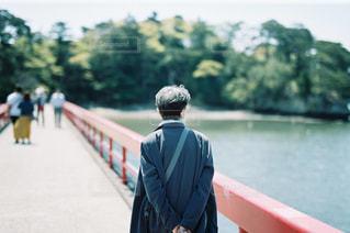 水上の橋を渡って歩いている男の写真・画像素材[2170395]