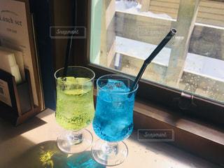 テーブルの上に一杯の水の写真・画像素材[2170814]