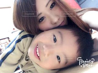 赤ん坊を抱いている女性のクローズアップの写真・画像素材[2374492]