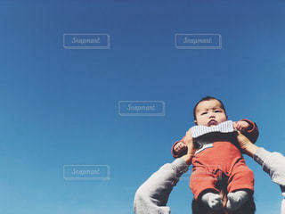 空,公園,屋外,雲,晴れ,青空,散歩,肩車,赤ちゃん,レジャー,快晴,男の子,ベビー,baby,お散歩,ライフスタイル,おでかけ,晴れ空