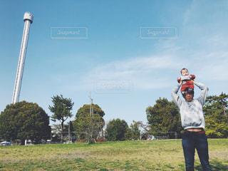 空,公園,芝生,屋外,雲,晴れ,青空,散歩,肩車,赤ちゃん,レジャー,快晴,男の子,ベビー,baby,お散歩,ライフスタイル,おでかけ,晴れ空