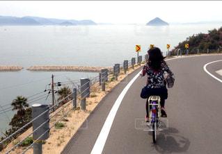 自転車の後ろ姿の写真・画像素材[2173832]