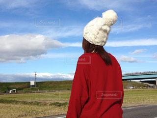 赤コーデ&白いふわふわ帽子の写真・画像素材[2181009]