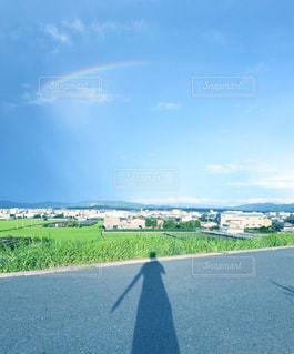 水の体の上の虹の写真・画像素材[2261312]