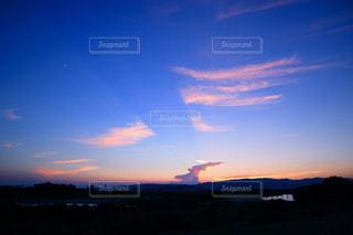 水の体の上の夕日の写真・画像素材[2426823]