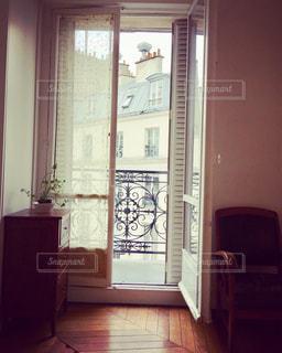大きな窓のある部屋の写真・画像素材[2176481]