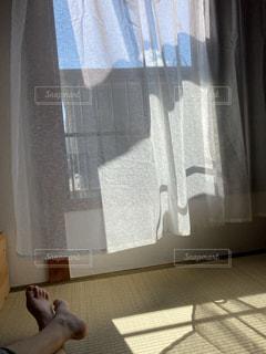 和室のカーテンと足の写真・画像素材[3377899]