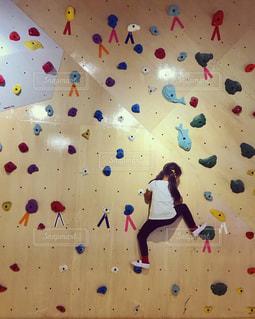 ボルダリングする女の子の写真・画像素材[2188496]