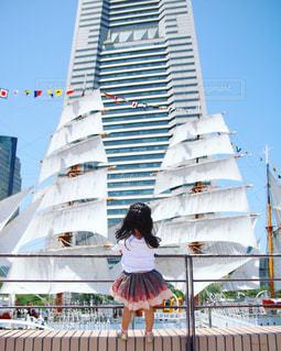 風景,空,屋外,青空,後ろ姿,散歩,船,女の子,横浜,レジャー,野外,お散歩,みなとみらい,ライフスタイル,おでかけ,ランドマーク,ランドマークタワー,お出かけ,帆船,日本丸,晴れた日