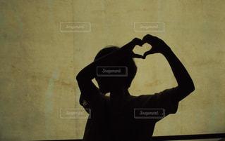手でハートを作ってる女性の写真・画像素材[2263774]