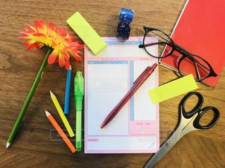 テーブルの上の文房具の写真・画像素材[2278874]