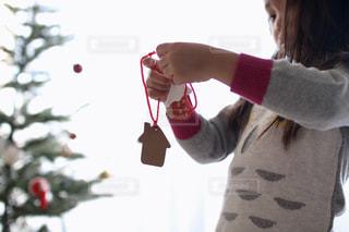 クリスマスのオーナメントを飾る女の子の写真・画像素材[2699655]