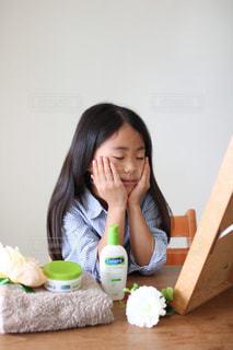スキンケアする女の子の写真・画像素材[2749197]