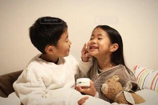 ベッドでクリームを塗る女の子と男の子の写真・画像素材[2757195]