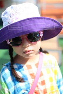 ファッション,夏,アクセサリー,屋外,サングラス,かわいい,カラフル,女の子,眼鏡,人物,人,顔,目,日向,派手,まぶしい,メガネ