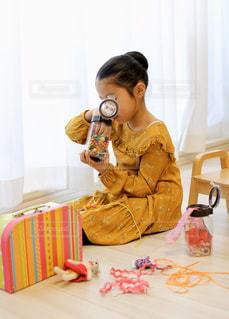 ビーズ遊びをする女の子の写真・画像素材[2859605]