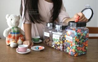 テーブルの上で食べ物を準備している女性の写真・画像素材[2866949]